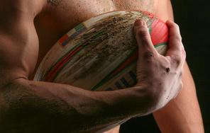 Atleta A Torso Nudo Con Pallone Da Rugby